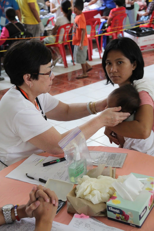 Dr. Agnes Alikpala examines one of the 1,071 pediatric patients (Photos used with permission by the Philippine Medical Society of Northern California (PMSNC)).