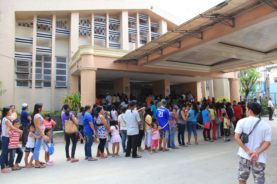 Patients fall in line to register at the cultural center in Tagbilaran, where the Philippine Medical Mission set up its temporary health facility. The mission served 7,666 patients (Photos used with permission by the Philippine Medical Society of Northern California (PMSNC)).