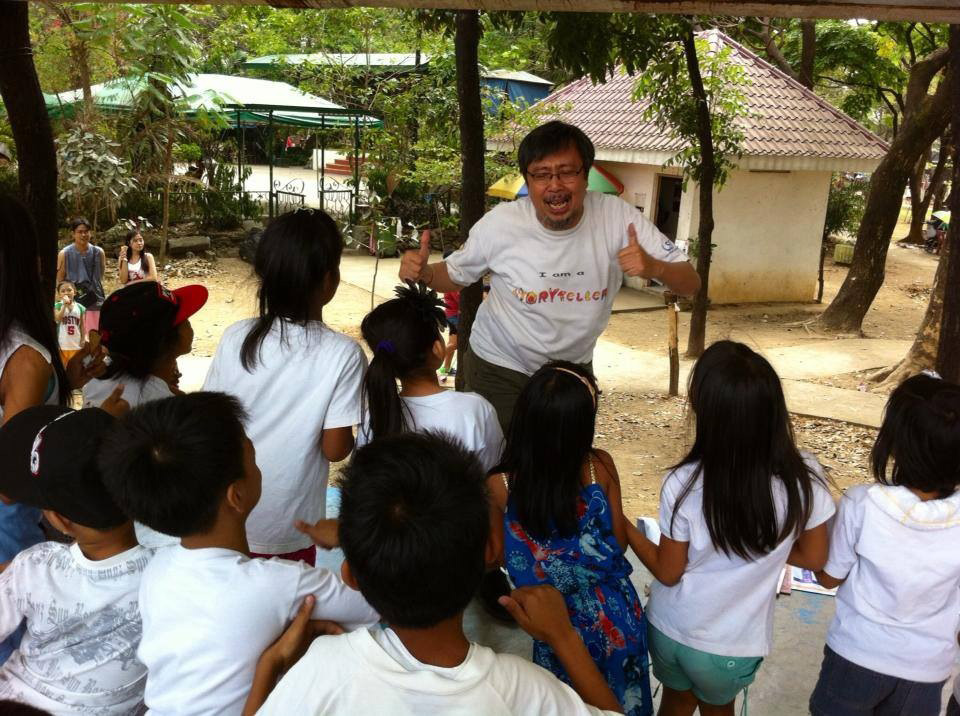 A storytelling session at the Quezon City Memorial Circle, 2013. (Photo courtesy of Bodjie Pascua)