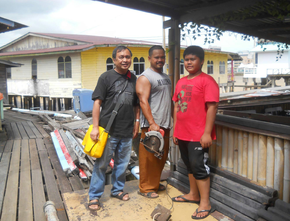 I posed with a father and his son at Kampong Ayer (Water Village) in Bandar Seri Bagawan, Brunei. They were working on their floor. (Photo by Mohamad Usop. Photo editing by Ivan Kevin Castro)