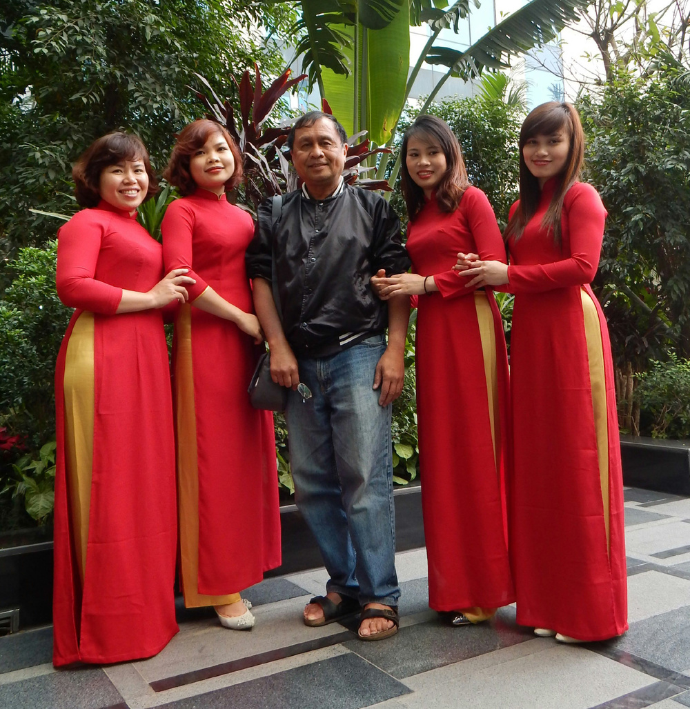 I posed with bridesmaids after a wedding party at the Crowne Plaza Hotel in Hanoi, Vietnam. (Photo courtesy of Rey E. de la Cruz. Photo editing by Ivan Kevin Castro)