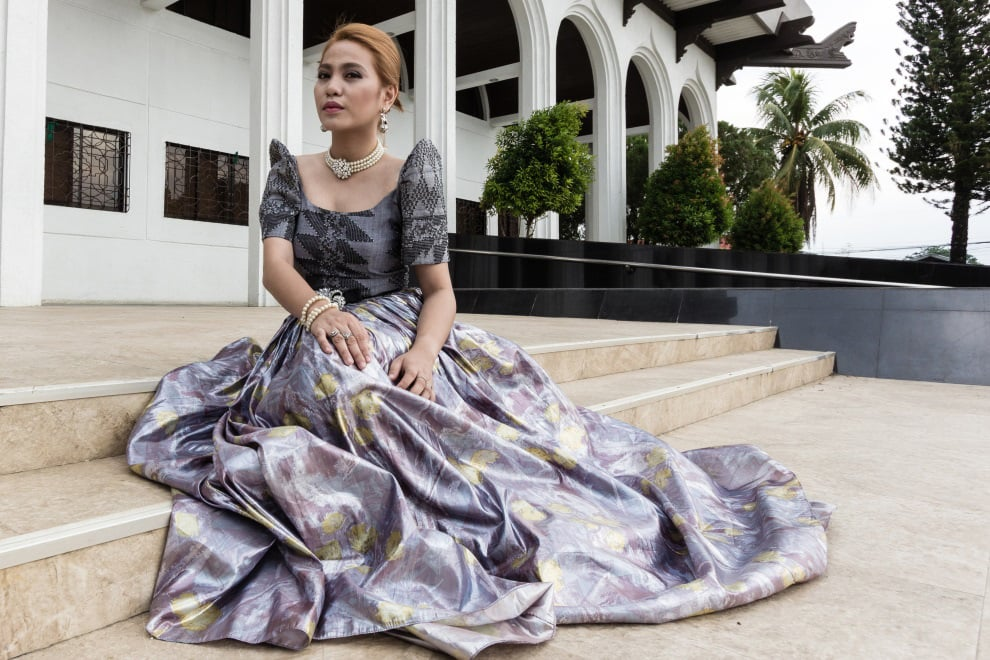 Dark-gray inaul with black siko-siko pattern is fashioned into a terno. The flowing metallic chiffon skirt is light and airy with the waist cinched by a thin black satin bow accentuated with a rhinestone brooch. (Model: Pee Macapeges. Photo by Beauford Ma)