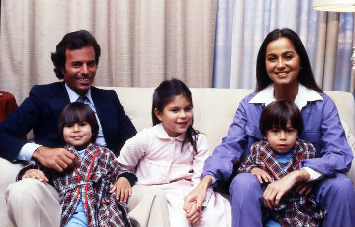 The Iglesias family, Julio, Julio, Jr., Chabeli, Isabel and Enrique (Source: enriqueiglesias.com)