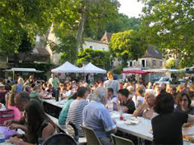 The night market tables. The summer sun sets past 10 pm. (Source: www.dordogne-perigord-noir.fr)