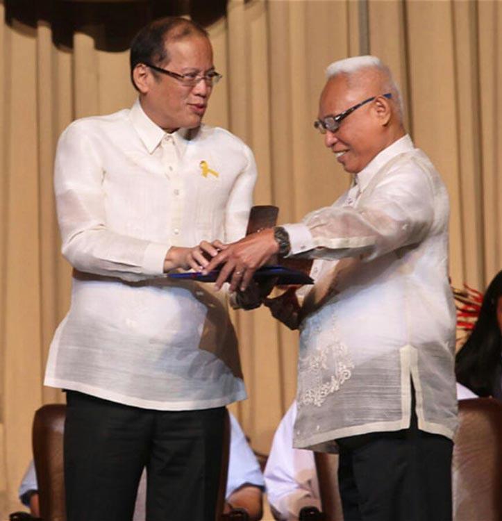 President Benigno Aquino III hands the 2012 Ramon Magsaysay Award to Dr. Davide (Photo fromRamon Magsaysay Award Foundation)