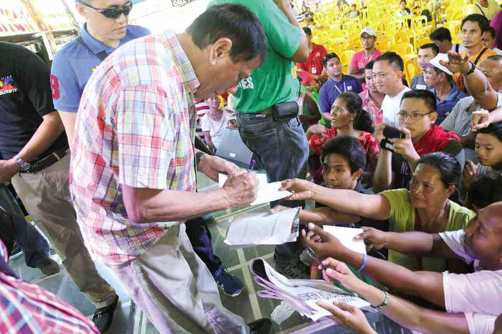 Duterte meeting up with supporters after a speaking engagement (Source: Inquirer.net)