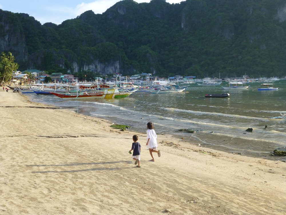The beach at the main town of El Nido, facing the bay of Bacuit (Photo by Criselda Yabes)