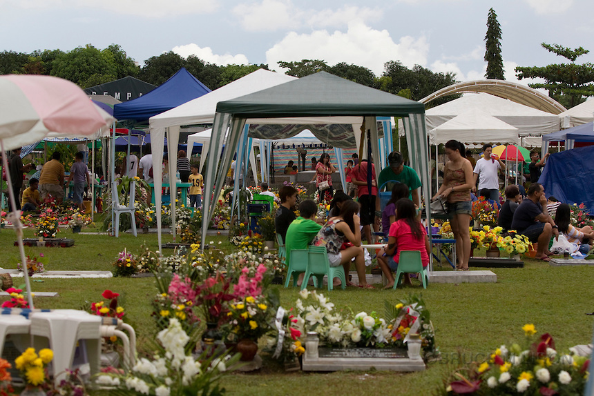 Filipino families flock to their loved ones' final resting place on All Saints' Day (Source: sanantonioabadparish.com)
