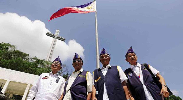 Filipino World War II veterans at the Bataan shrine (Photo by Raffy Lerma/Inquirer.net)