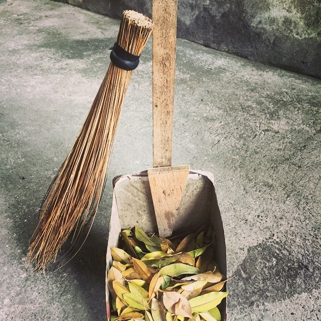 Walis Tingting and dust pan (Source; tagaloglang.com)