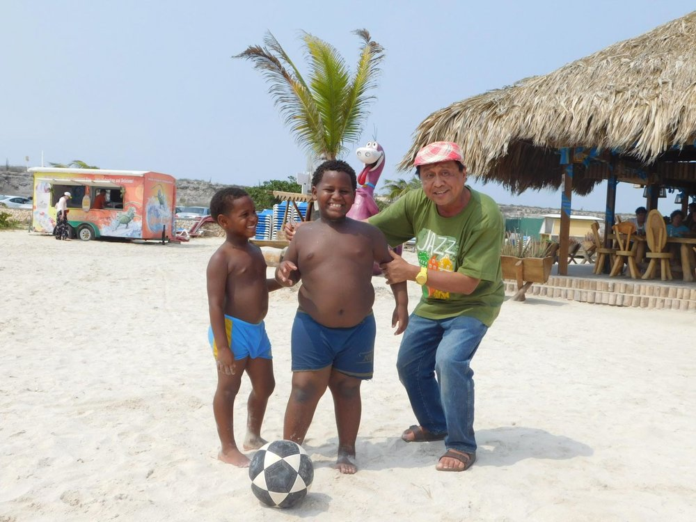 I saw brothers Jan Dwayne and Janiro Nuñez playing soccer on the Baby Beach in Aruba. (Photo courtesy of Rey E. de la Cruz. Photo editing by Ivan Kevin Castro.)