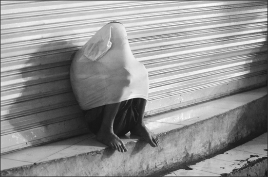 Shelter. Avenida, Manila (Photo by Tony Remington © 2012)