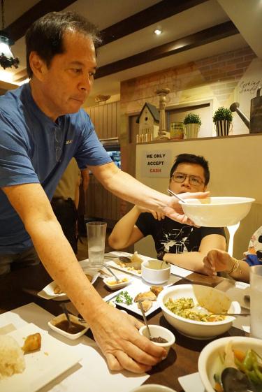 Sandy serving his Kare-kare and Bagoong Alamang Guisado at Wooden Spoon (Source: EATS Jakarta)