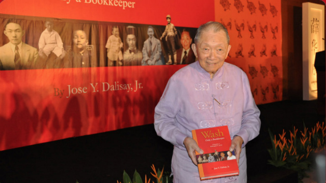"Mr. Washington SyCip with his biography ""Only a Bookkeeper"" by Jose Dalisay, Jr."
