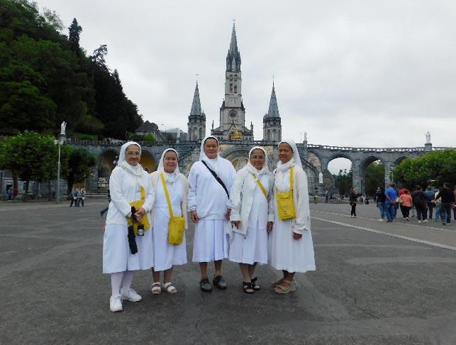 Sisters Angie, Arabella, Rona, Venancia and Zenaida (Photo by Rey E. de la Cruz. Photo editing by Ivan Kevin Castro)