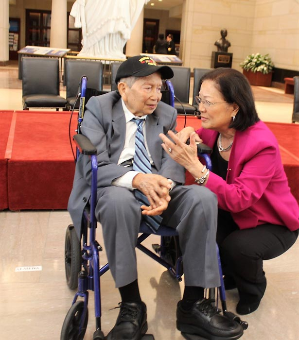 Sen. Mazie Hirono chats with Filipino World War II veteran Ciriaco Ladines after the conclusion of the congressional ceremony. (Photo by Jon Melegrito/FilVEtREP)