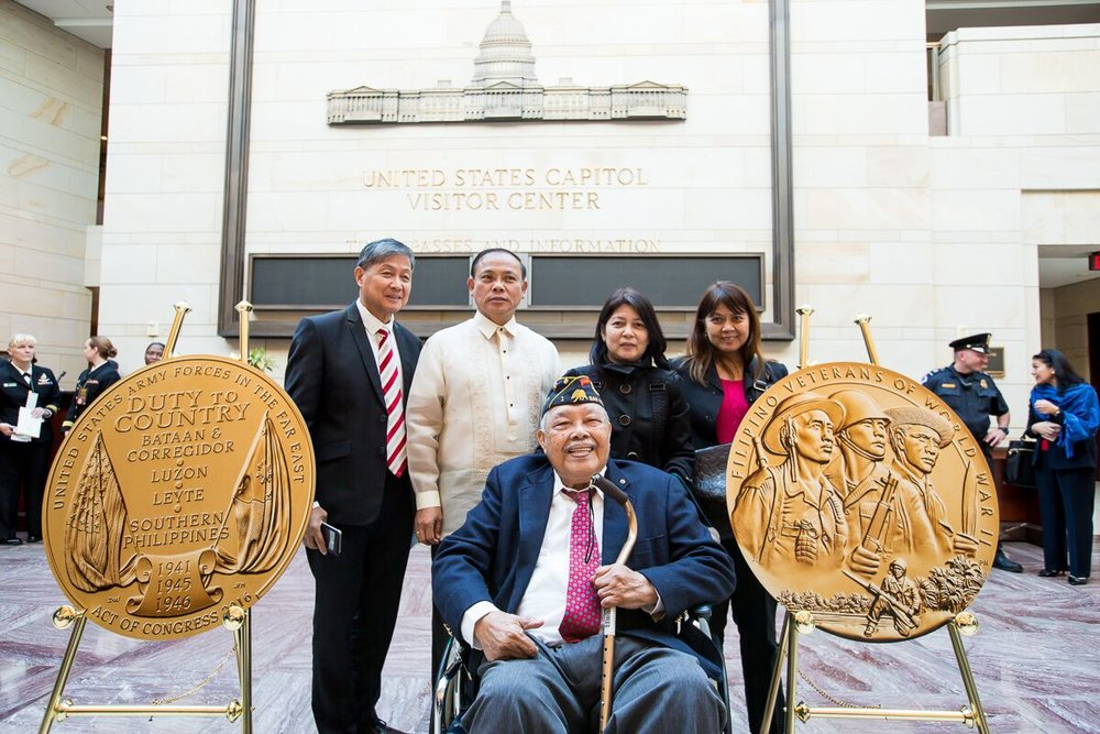 Filipino World War II Veteran Reginaldo Baladonado of Las Vegas, NV. poses for a souvenir photo with family and friends. (Photo by Les Talusan/FiLVetREP)