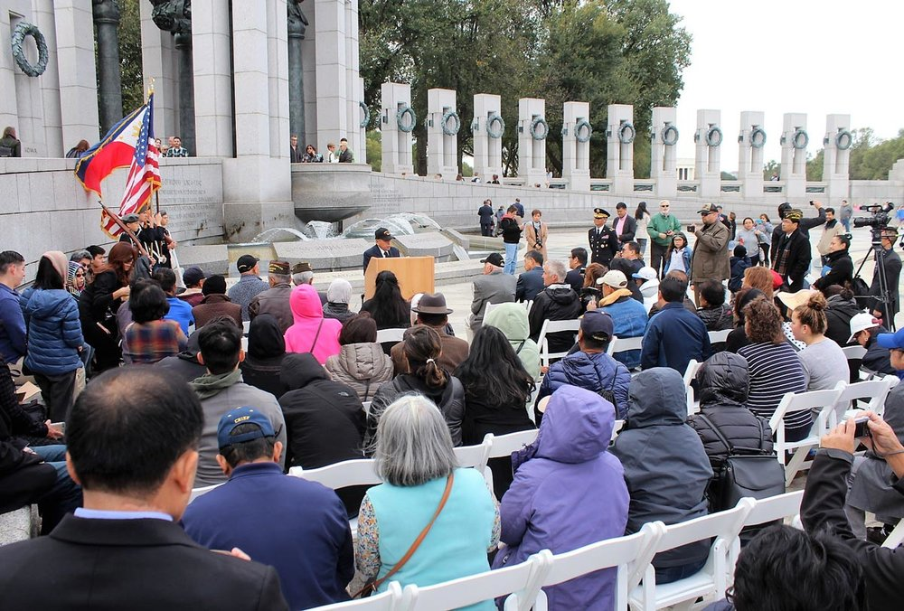 At the World War II Memorial, Filipino World War II veteran Rey Cabacar pays tribute to the 260,000 Filipino soldiers who served under the American flag. (Photo by Jon Melegrito/FilVetREP)