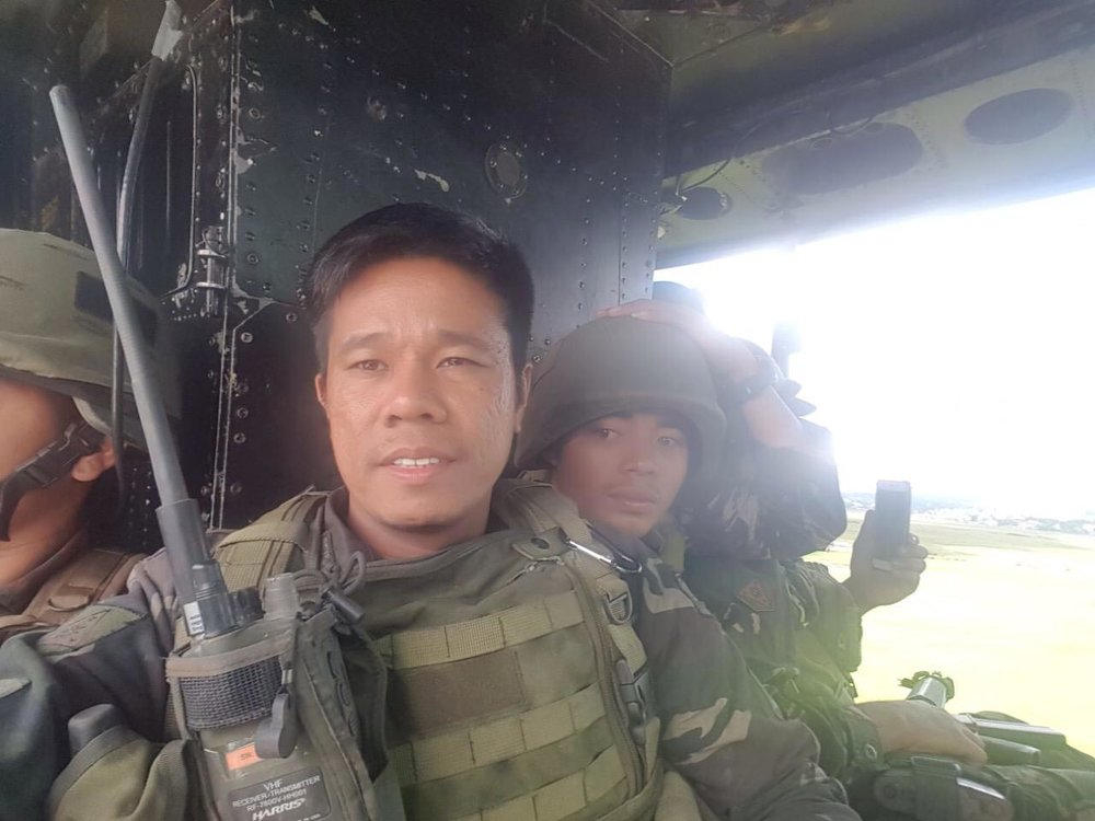 Lt. Geraldo Alvarez and fellow soldiers being airlifted out of Marawi (Photo courtesy of Lt. Geraldo Alvarez)