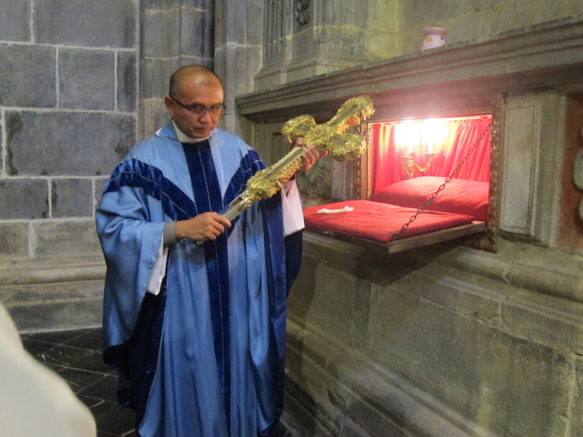 Sacred Cross:  After Mass, Fr. Al Nambatac, our spiritual tour director, holds the golden Cross where a piece of the wood of Jesus' Cross is embedded, for each one of us to venerate and kiss.