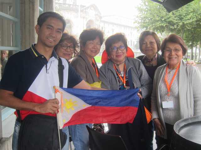 Bumping into more pilgrims from the Philippines in Loyola.  Left to right: Jordan Peralta from Catholic Travel, Bing Cruz, Henrietta Kiamzon, Vivian Gamboa, Luchie Andres (retired auditor of Department of Transportation in New York City) and Amy Cabal, retired SGV partner.