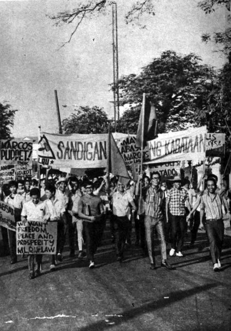 After a peaceful rally in Congress, activists head to Malacañang in the afternoon of January 30, 1970 (Source: Sunday Times Magazine and fqslibrary.wordpress.com)
