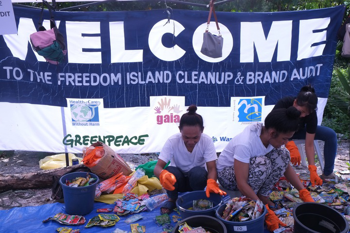 Volunteers taking part in the Freedom Island cleanup and brand audit. (Photo by Miko Aliño, GAIA ASIA PACIFIC)