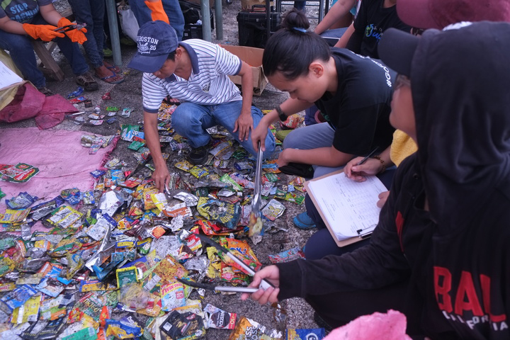 #breakfreefromplastic movement members identifying the brands behind low-value, non-recyclable packaging that often end up on the beaches and in the ocean.(Photo by Miko Aliño, GAIA ASIA PACIFIC)