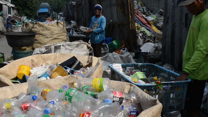 Materials Recovery Facility at Smokey Mountain, Metro Manila. Waste workers busy segregating different materials for recycling. (Photo by Stiv Wilson,STORY OF STUFF PROJECT)