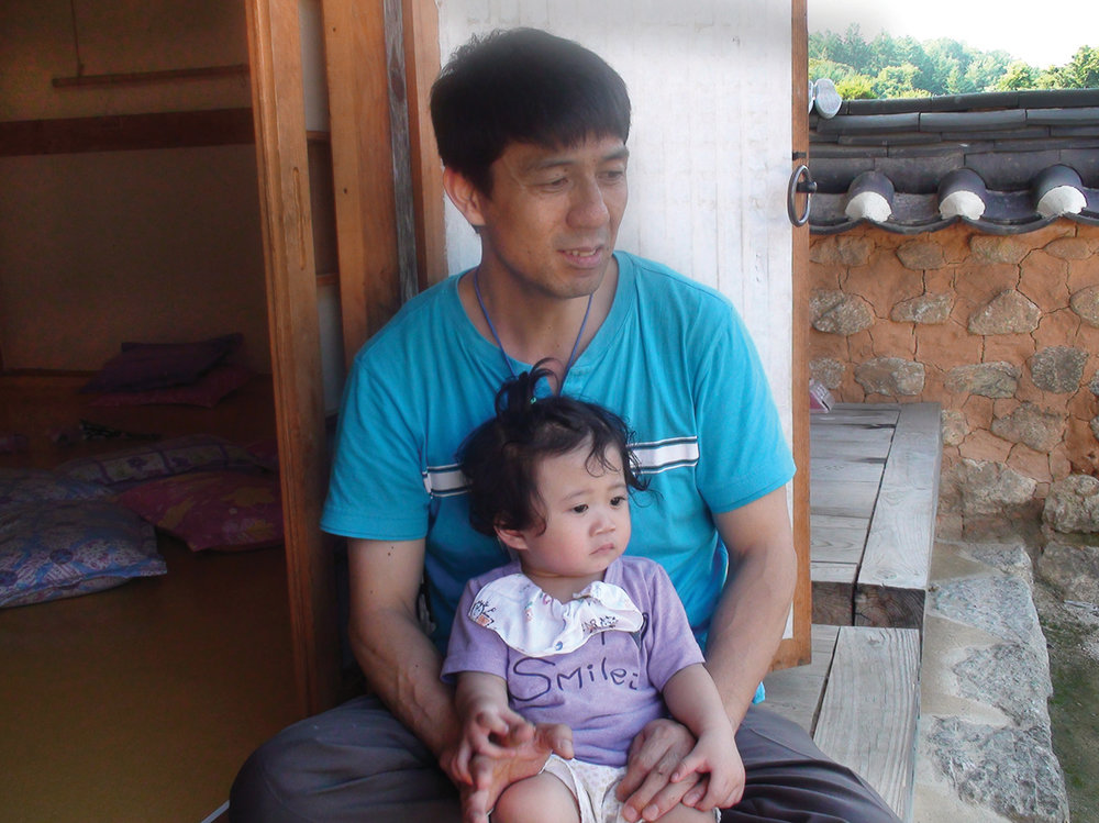 "Ester Duzon's husband ""Park Yeong Jin"" (fake name) and child (Photo by Rochit Tañedo)"