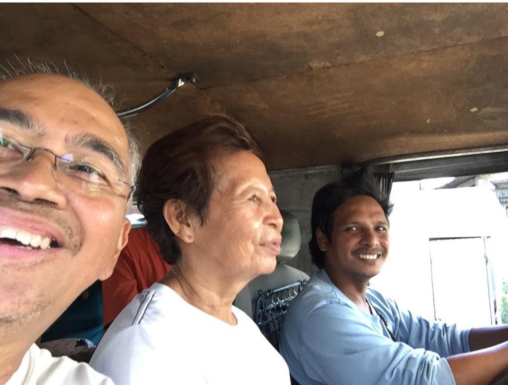 Pasahero, kunductora, tsuper (passenger, conductress, driver)