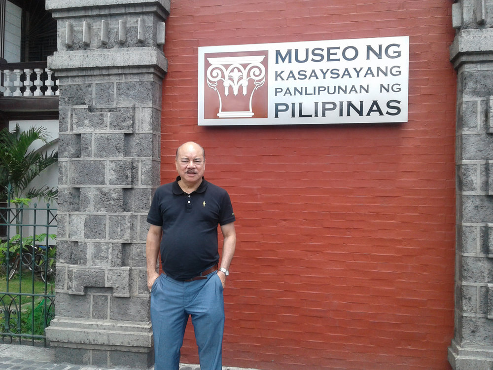 Author with the plaque of Museum of Social History of the Philippines (Photo courtesy of Virgilio A. Reyes, Jr.)
