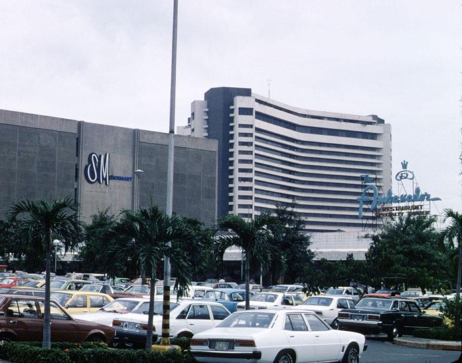 Manila Garden Hotel (right) back in 1980s (Source: flickr/potet_jp)