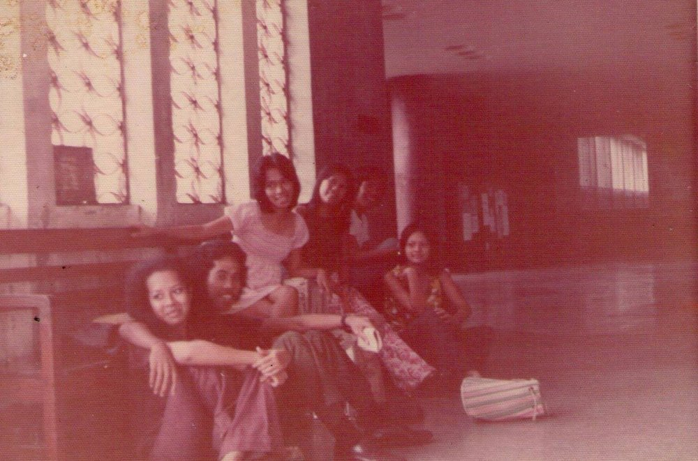 A rare photo of Bibeth Orteza, with buddy Willi Inong, with Melba de Guzman and Phoebe Okol in August 1973 at UP Palma Hall. (Source: facebook)