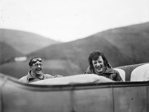 Jacques Henri Lartigue Ubu et Bibi sur la route entre Lourdes et Pau, 1925