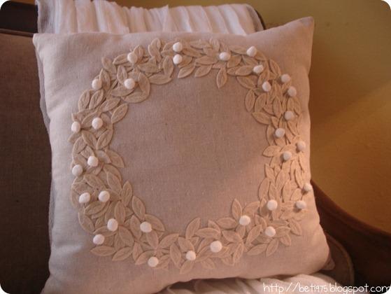 Felt Wreath Pillow DIY (via Curbly)