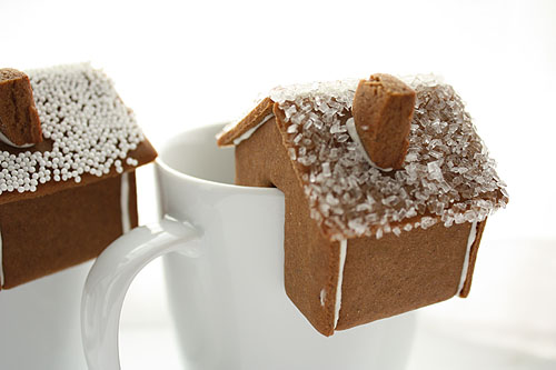not martha — tiny gingerbread houses, a few variations    In LOVE with these! I'll have to try a few while doing the usual assortment of holiday cookies.