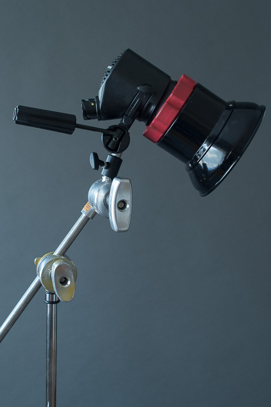 Small lamp head mounted to the grip head with a stud for more control.