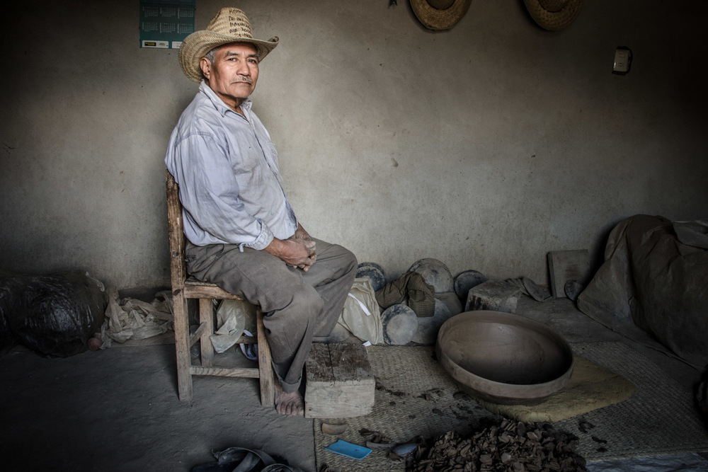 Palemon Barranco, traditional potter inSan Bartolo Coyotepec, Oaxaca — photo © Eric Mindling