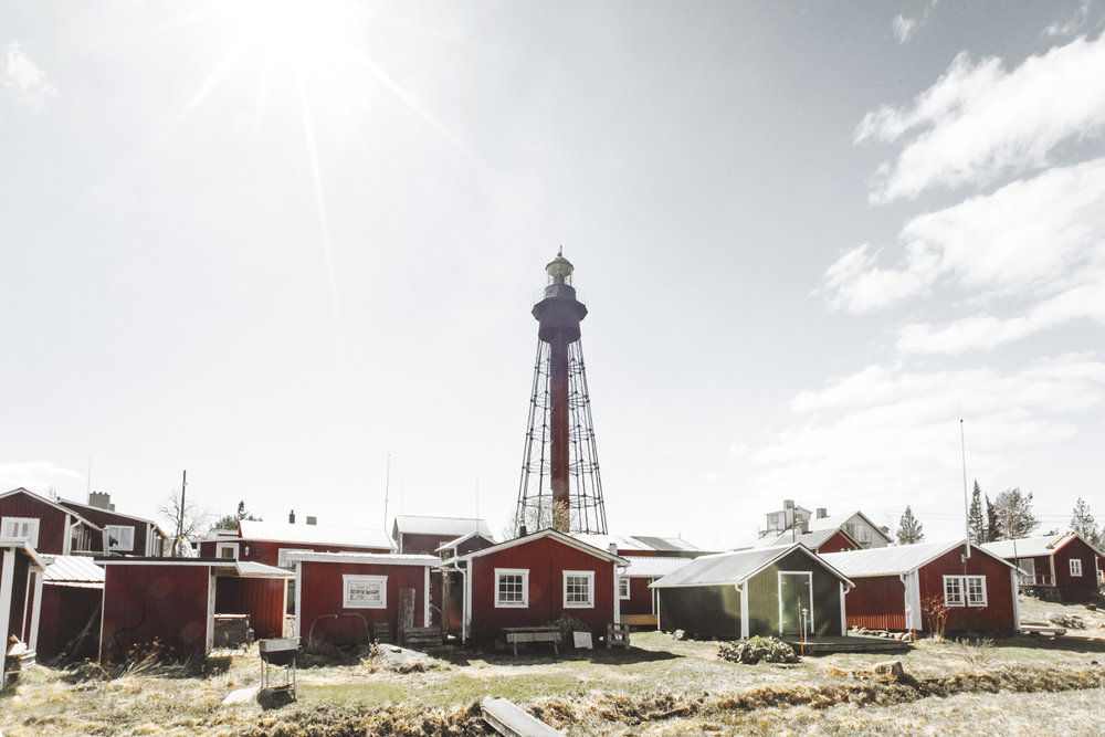 The lighthouse of Pite-Rönnskär dates from 1905 and was deactivated in 1972, as the modern lighthouse Nygrån (built 1959) placed in open water was enough to provide sea safety.