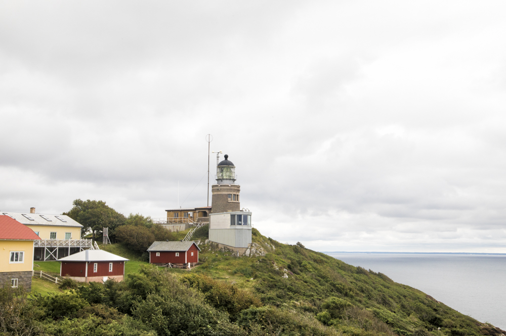 Every 5 seconds, the Kullen lighthouse flashes white for 0.3 seconds with 27 nauticalmiles reach.