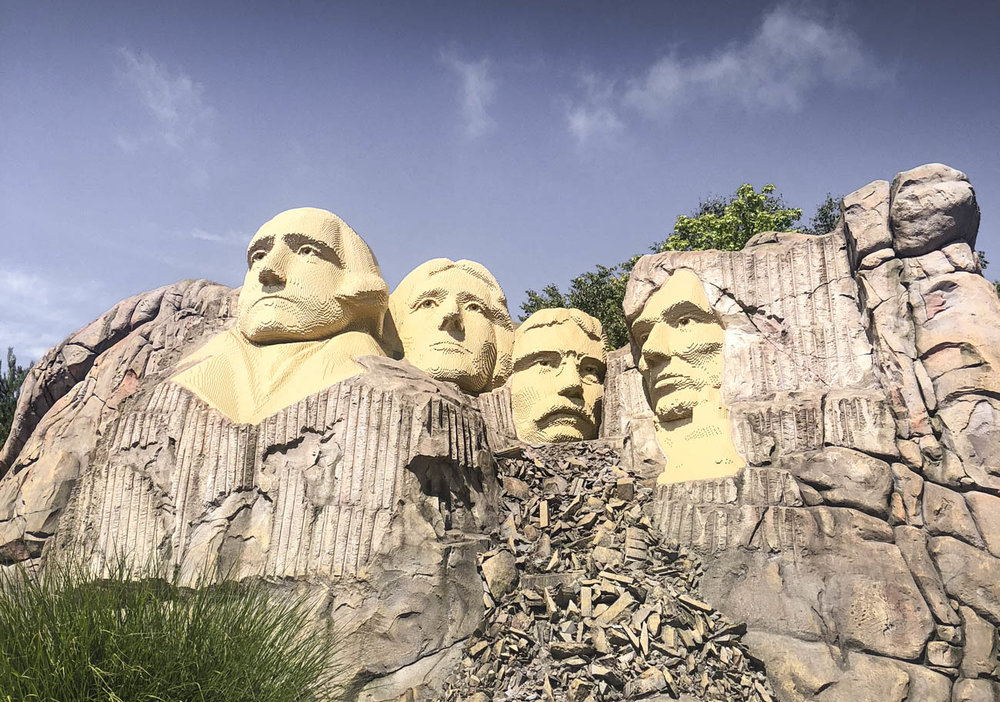 No, this is not mount rushmore… but it could be! Build with 1,5 miljon pieces of lego, this setting looks very impressive!