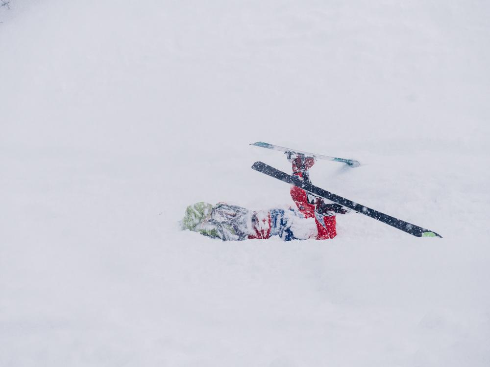 blackorwhite_ski_falling_cocain-22.jpg