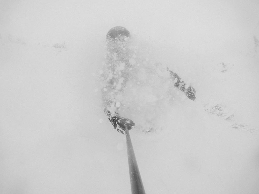 blackorwhite_ski_falling_cocain.jpg