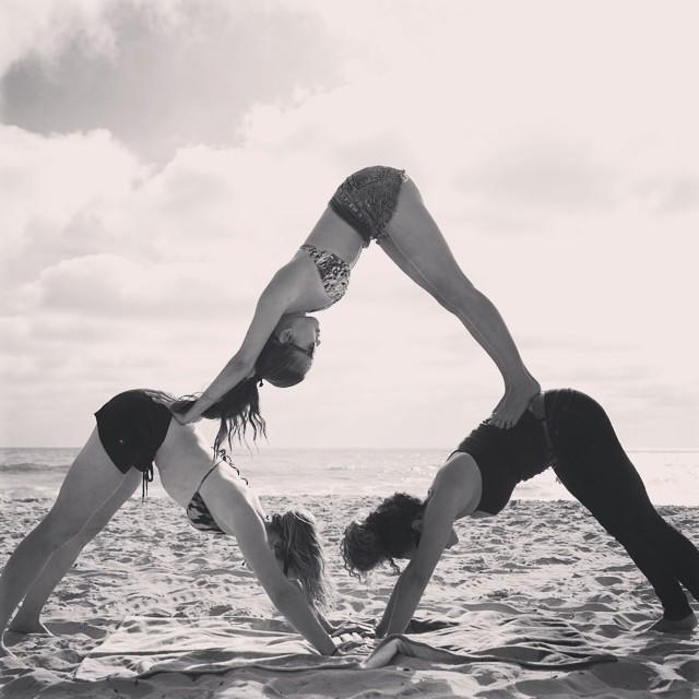 Pyramid ✨🔼✨- Mission Beach SD w/ @smmeneses @ajjones408 #acroyoga #sandiego #pyramid #3amigas #fun #instagood