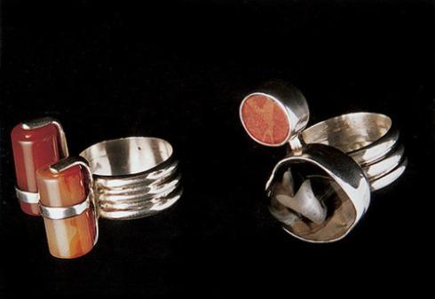 Duo A y B     Sortijas  Engaste  A Cornalina y plata 950  B Agatha africana, coral y plata 950  2005