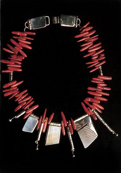 Mares   Collar  Construcción de cajas, texturizado, engaste e hilos  Coral rojo y plata 950 y 1000  2005