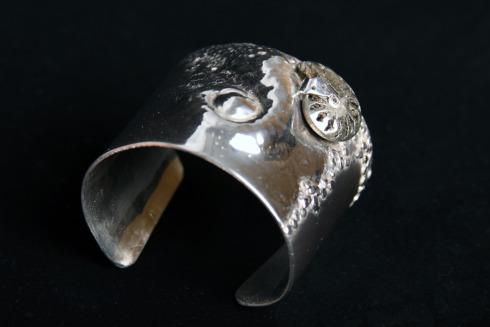 Sin Título   Brazalete  Embutido, textura, remache  Fósil Ammonite con pirita y plata 1000  2007