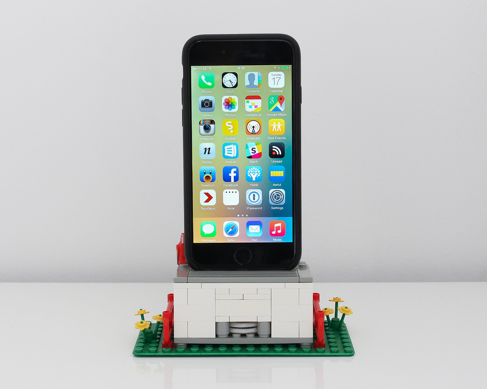 galletly-lego-iphone-dock.jpg