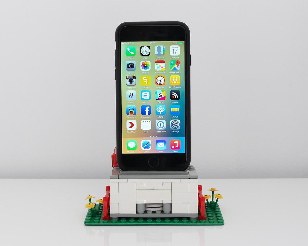 galletly-lego-iphone-dock.jpg